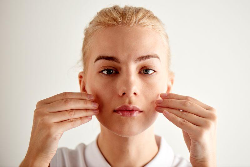 Des exercices de yoga pour le visage contre le stress et les rides ! Libération du stress de la machoire
