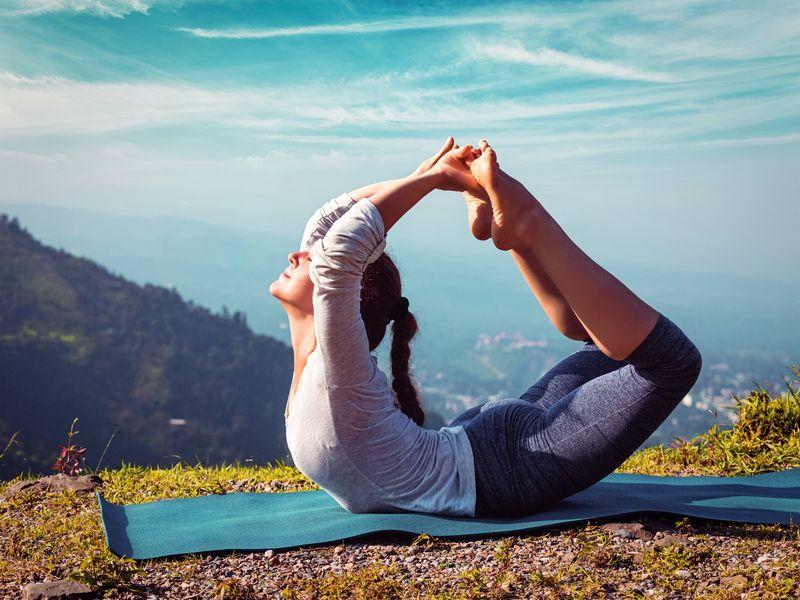 Posture de Yoga : La position de l'arc (Dhanurasana)